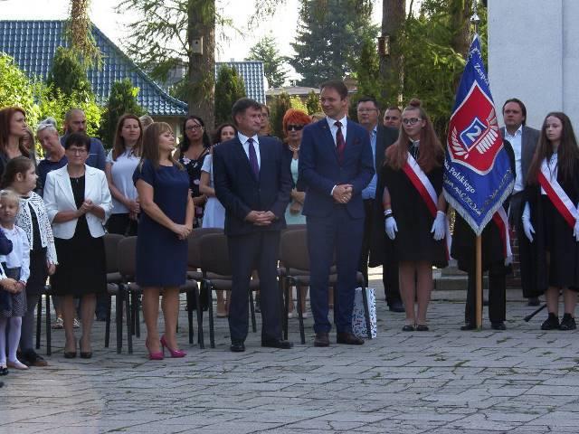 0785eeb48d95a Oddziału Banku PKO BP w Szprotawie pan Czesław Szczepanik. Dyrektor szkoły  pani Danuta Ronij powitała wszystkich zgromadzonych na apelu  rozpoczynającym ...